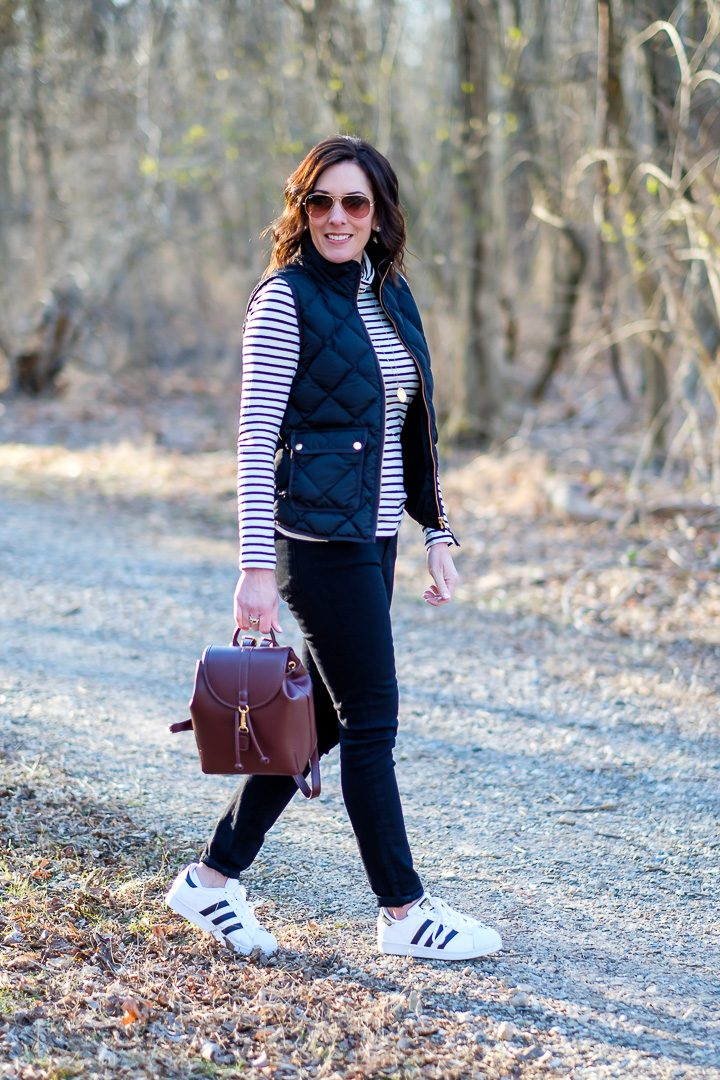 Casual Outfit Formula for Moms: Down Vest + Turtleneck + Skinny Jeans + Fashion Sneakers